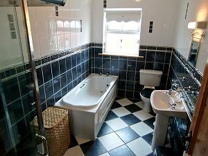 Grosses Badezimmer